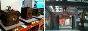 A gauche des moules d'injection, à droite une machine d'injection avec robot