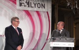 Michel Brochier reçoit la médaille de la Ville de Lyon de Gérard Collomb
